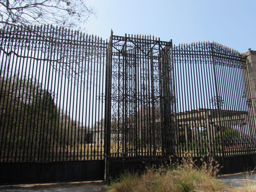 Puerta de entrada al Partenón del negro Durazo
